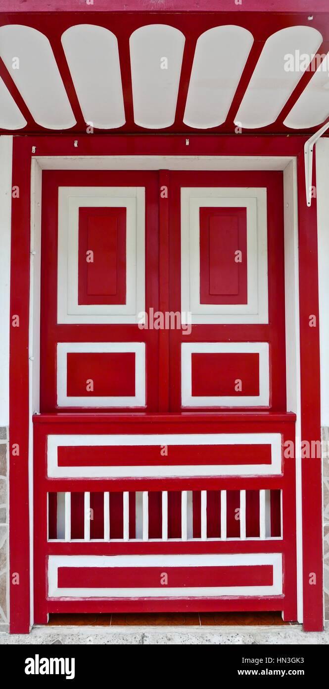 Une porte peinte en rouge Filandia, Colombie. Photo Stock