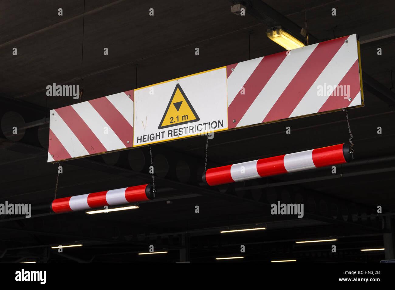 Signe de la limitation de hauteur dans Parking souterrain Photo Stock