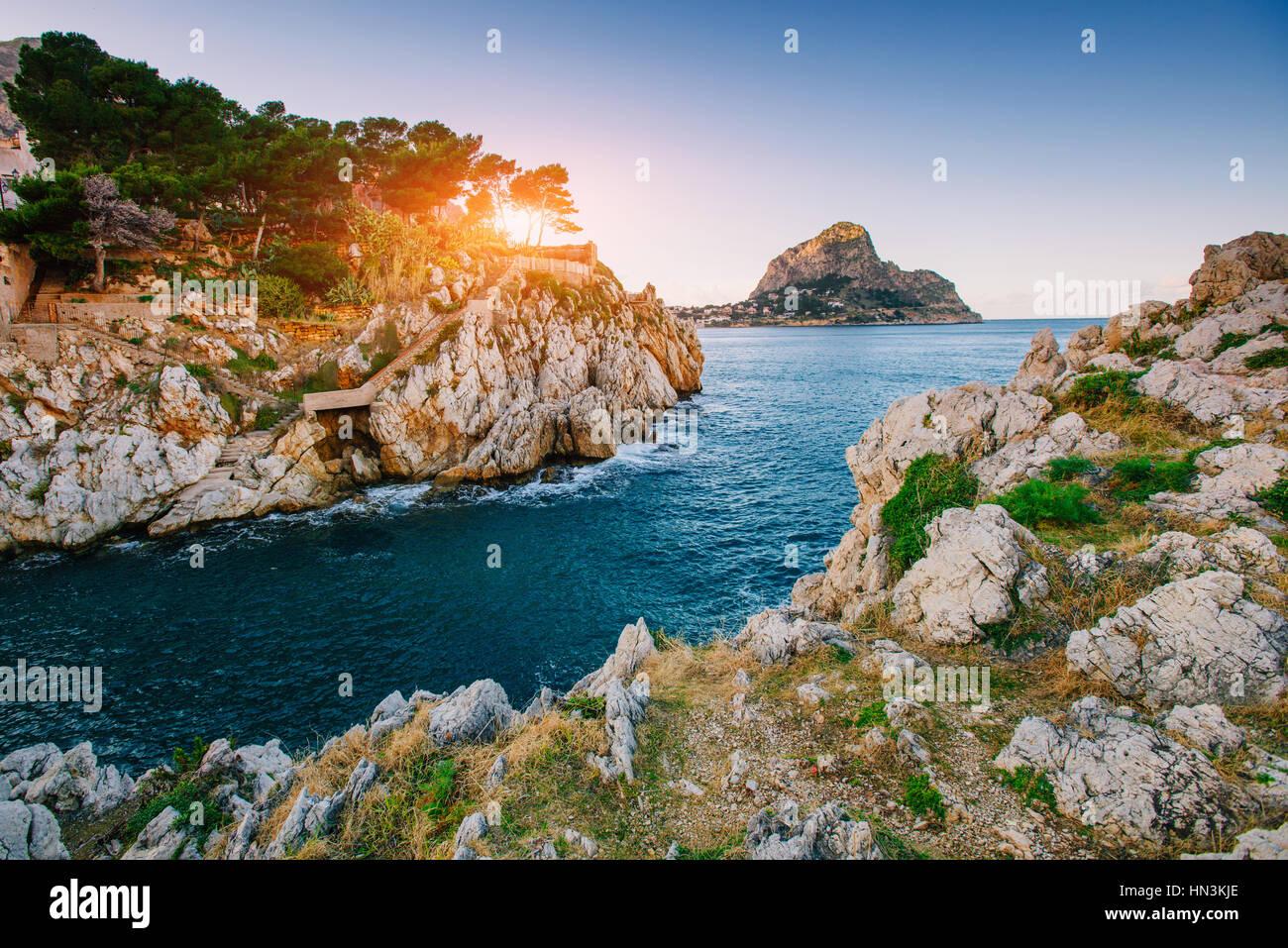 Coucher de soleil sur la mer avec des pierres Photo Stock