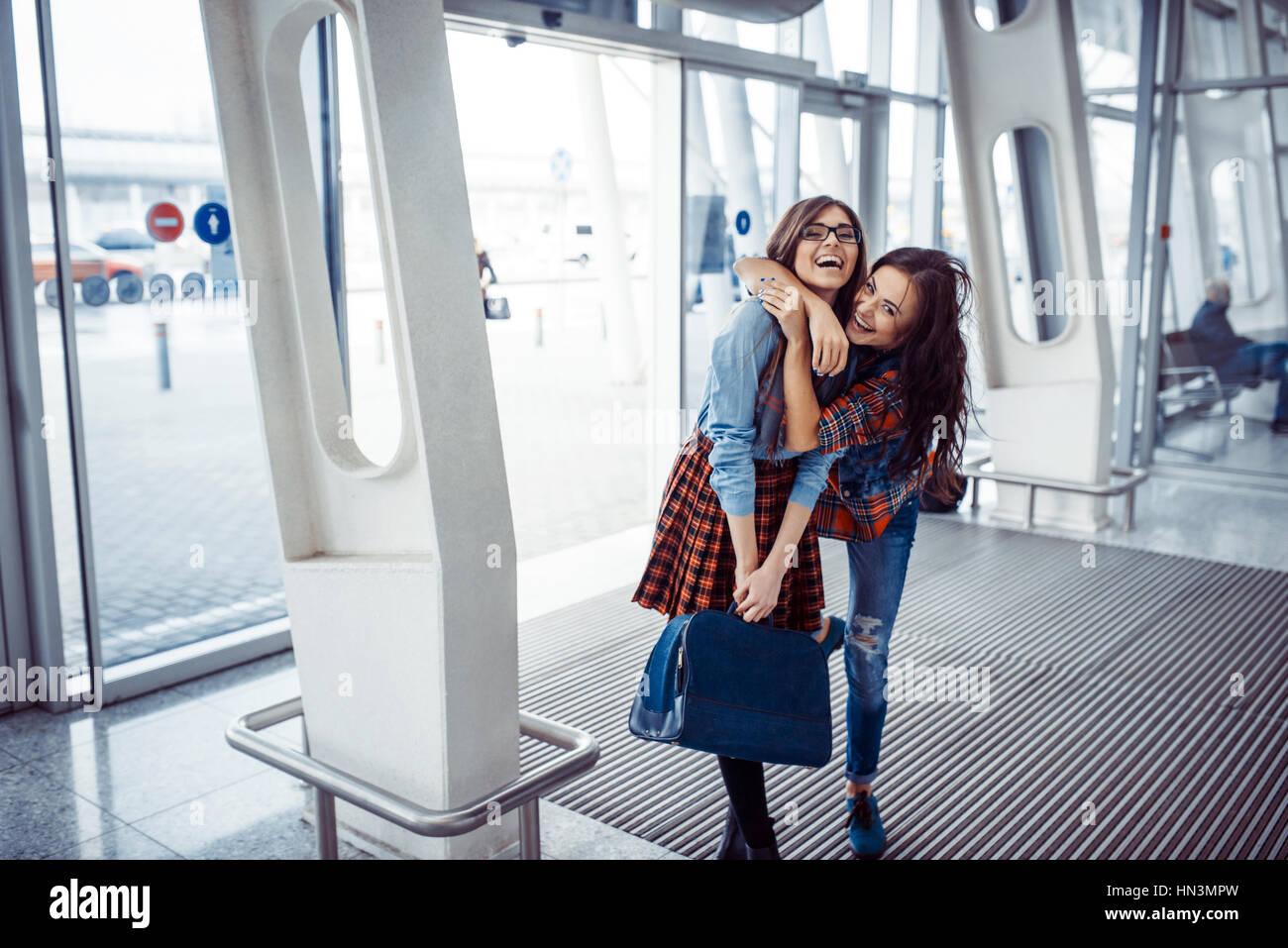 Girls holding hands in a suitcase.traitement et de retouche d'Art Banque D'Images