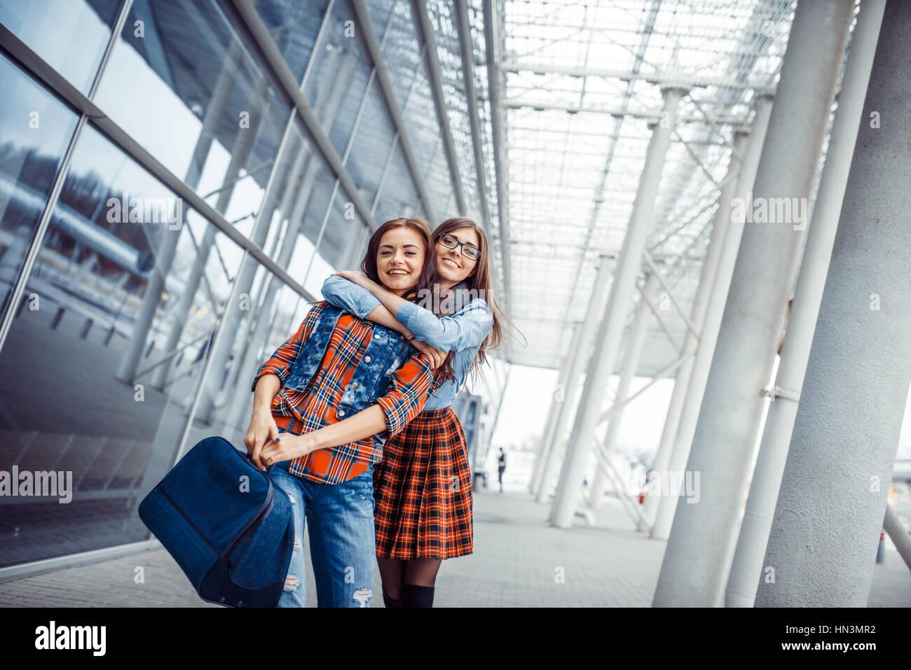 Les filles s'amusant et en toute sécurité avec une assurance lorsqu'ils se sont rencontrés Photo Stock