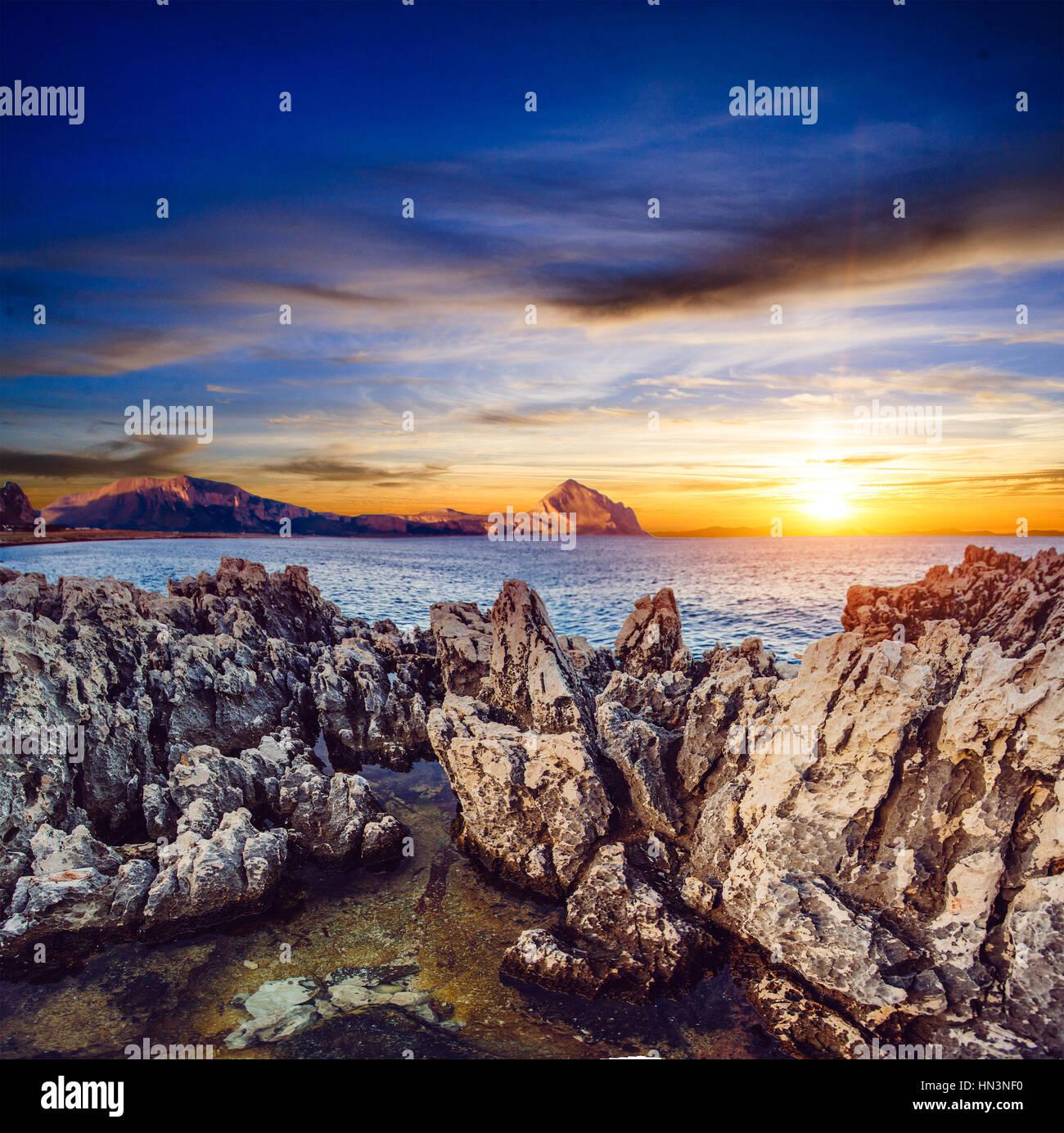 Coucher de soleil sur les rochers. Photo Stock