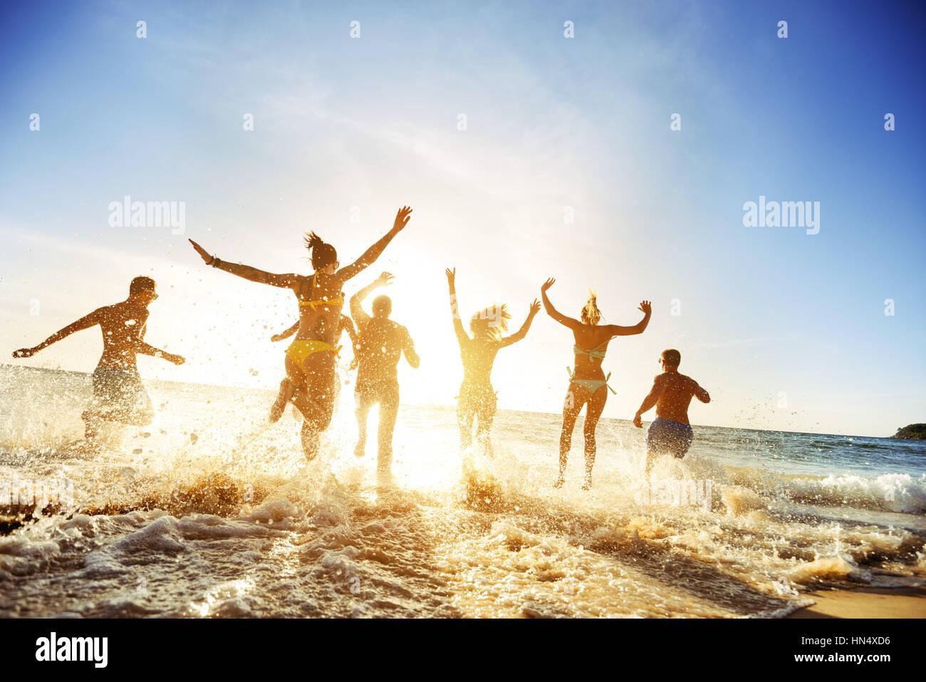 Foule de personnes amis sunset beach holidays Photo Stock