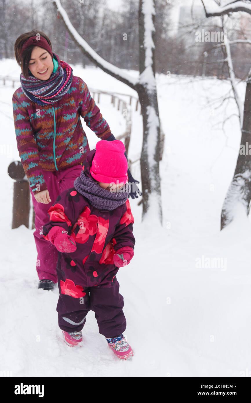 Femme avec enfant dans park Photo Stock