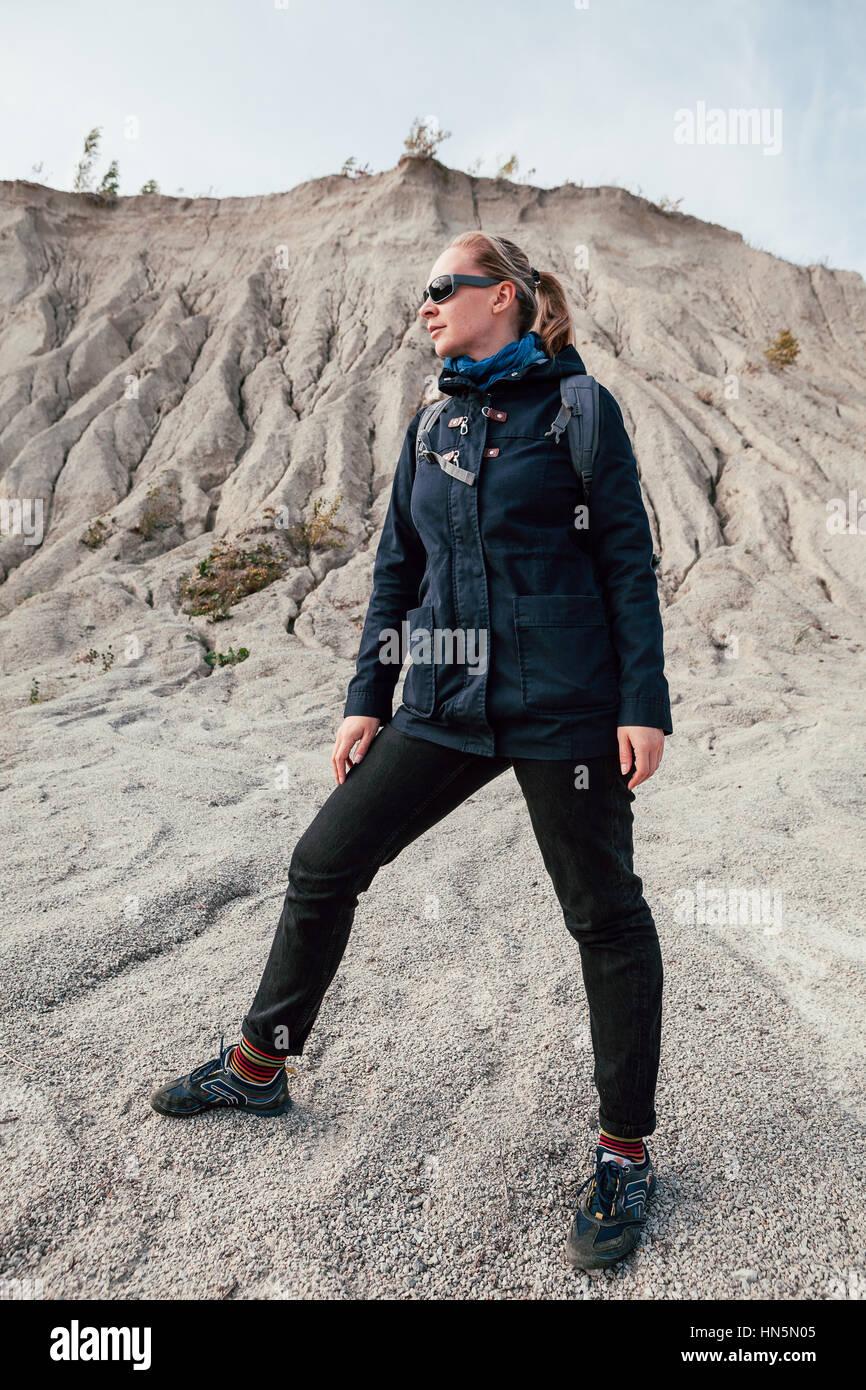 Jeune femme-randonneur près des collines de sable dans le désert à sunny day Banque D'Images