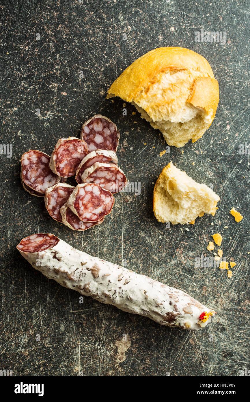 Tranches de salami savoureux avec la moisissure blanche. Photo Stock