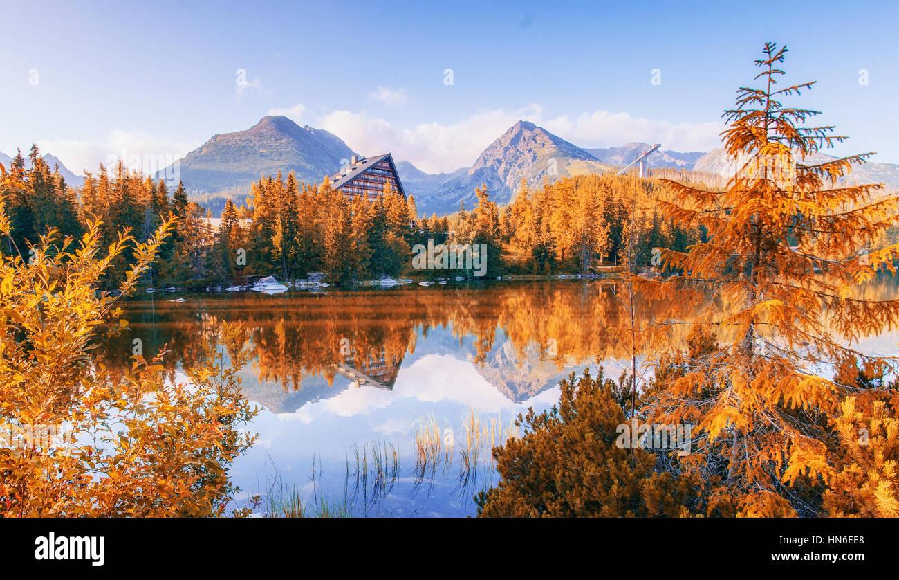 Majestic Mountain Lake dans le Parc National des Tatras. Strbske Pleso, Slovaquie, Europe. Photo Stock