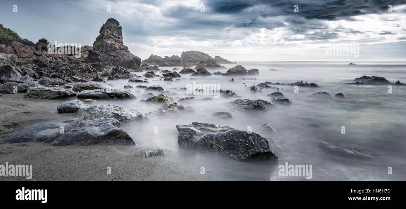 Plage, nuages de pluie, Région de la côte ouest, Southland, Nouvelle-Zélande Photo Stock