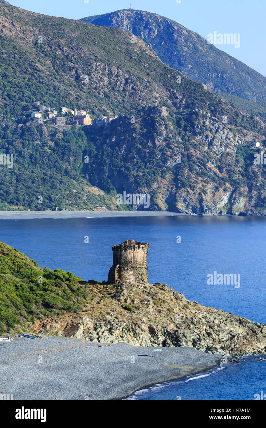 Vue de la tour Martello à l'Albo, avec nona dans la distance, Cap Corse, Corse, France Photo Stock