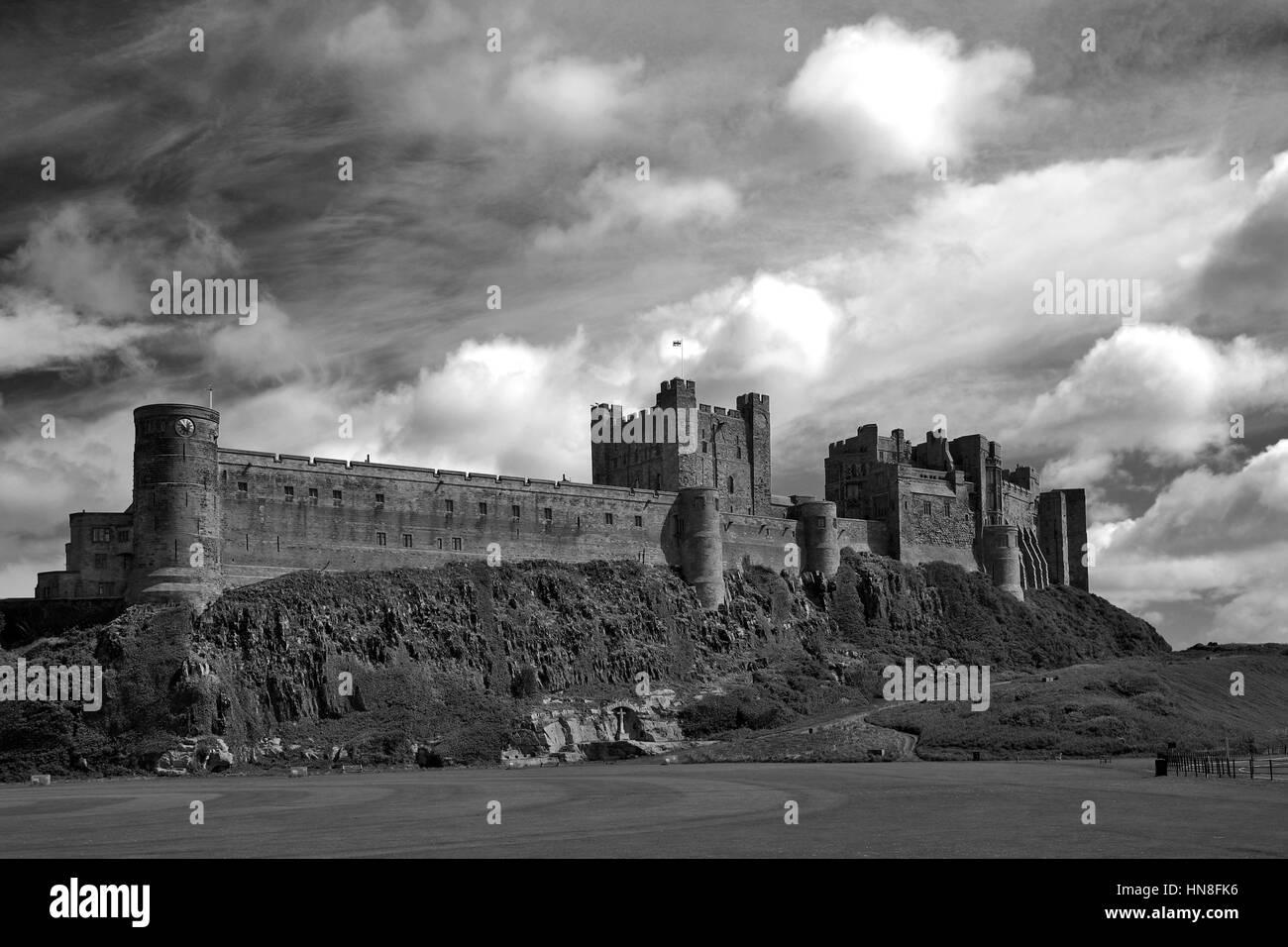 Tempête et arc-en-ciel, château de bamburgh, bamburgh, village au nord de la côte de Northumbrie, Photo Stock
