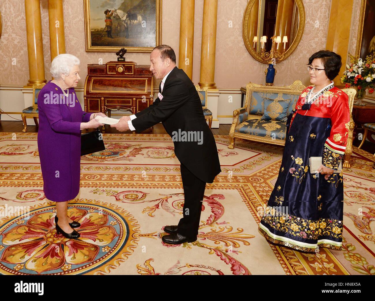 La reine Elizabeth II est présenté avec des lettres de créance de Son Excellence M. Choe Il, l'Ambassadeur Photo Stock