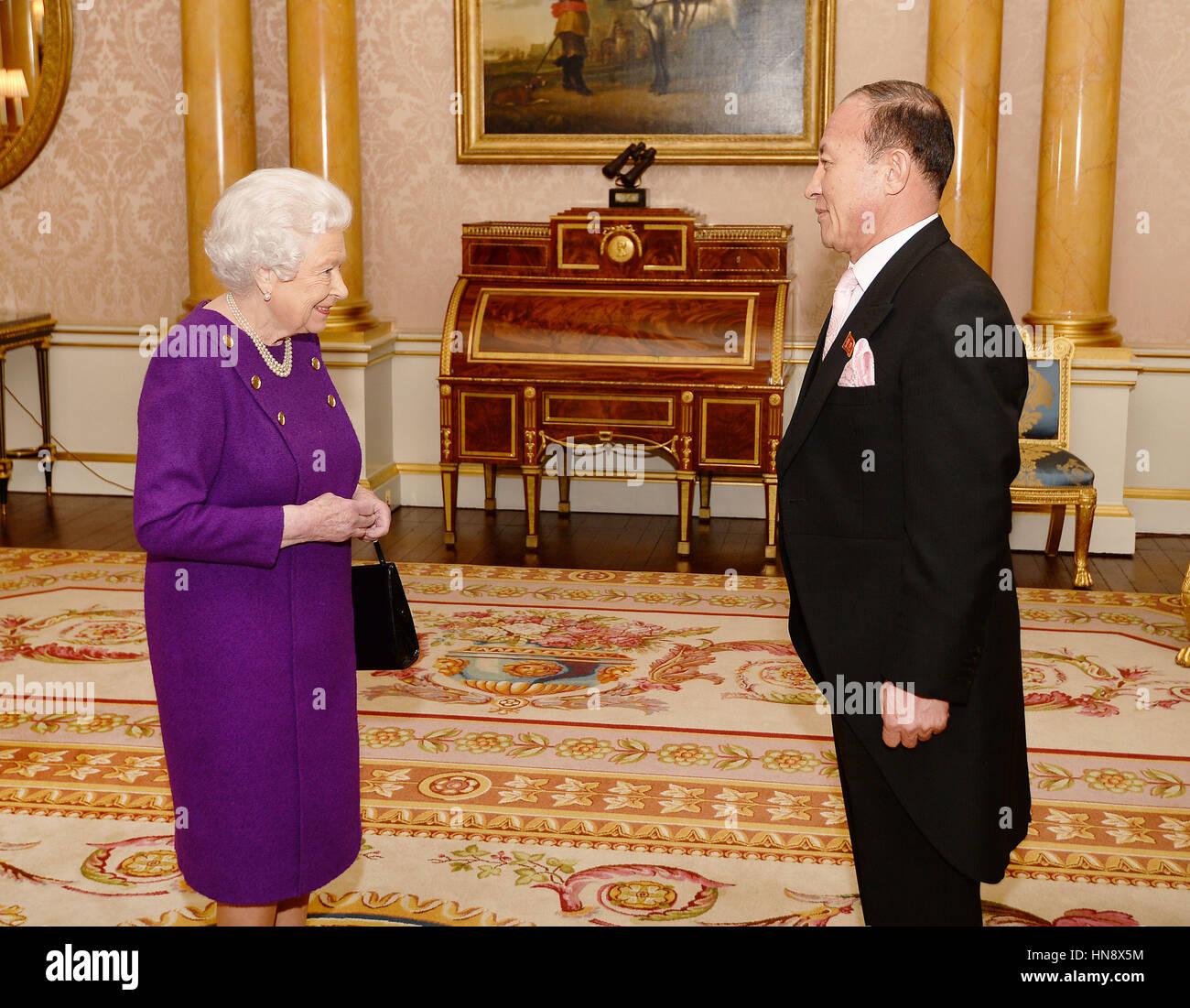 La reine Elizabeth II après avoir été présenté avec des lettres de créance de Son Photo Stock