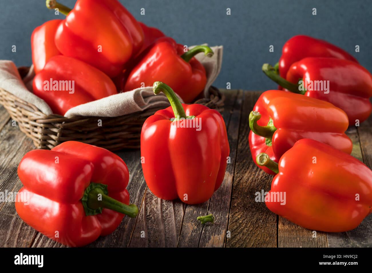 Poivrons rouges biologiques crus prêt à manger Photo Stock