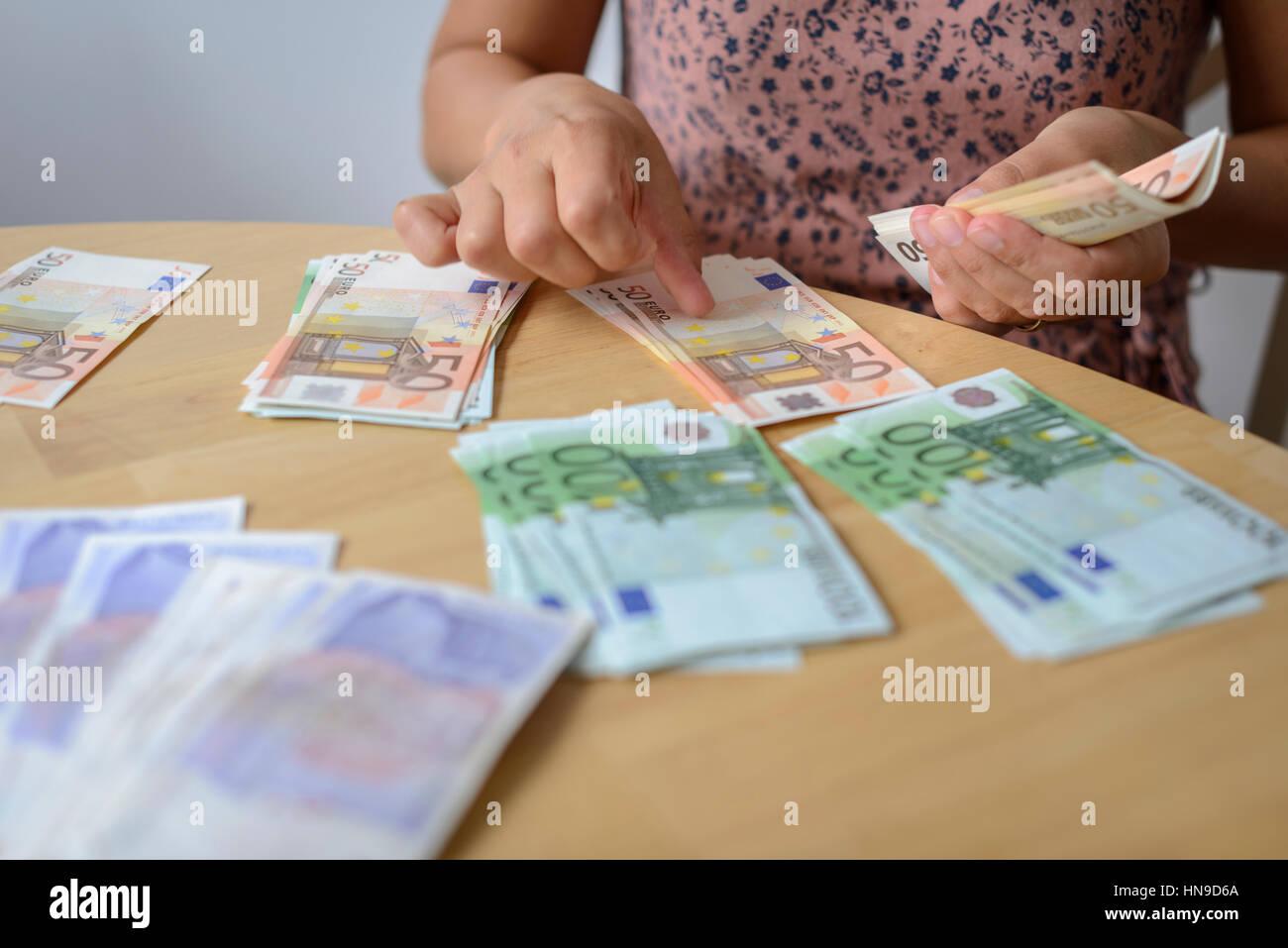 Comptage monnaie euro personne Photo Stock