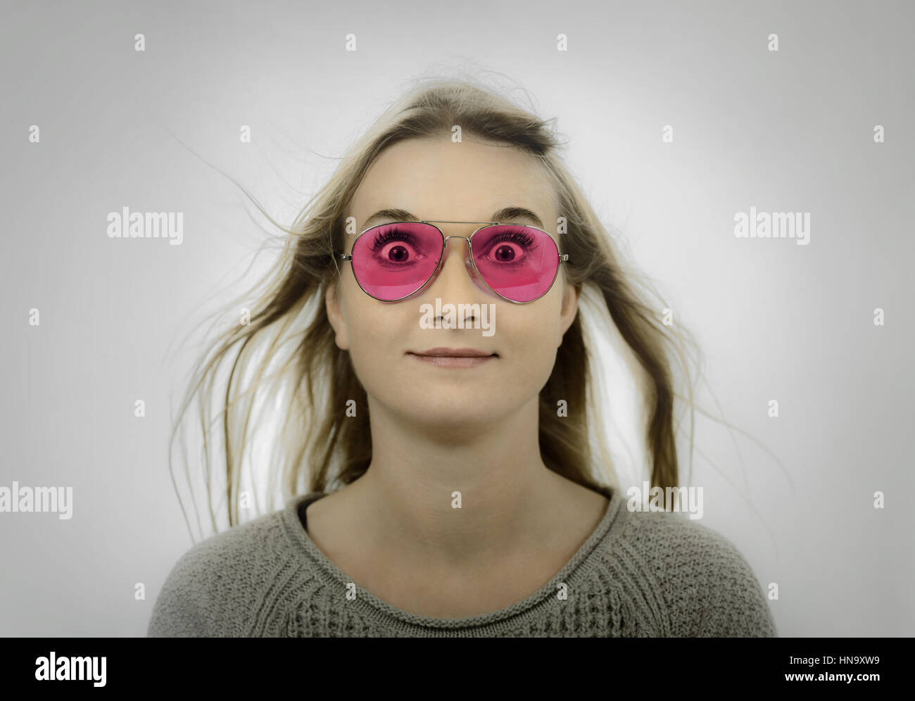 Femme portant des lunettes teintées de rose Banque D Images, Photo ... a28229baf50e