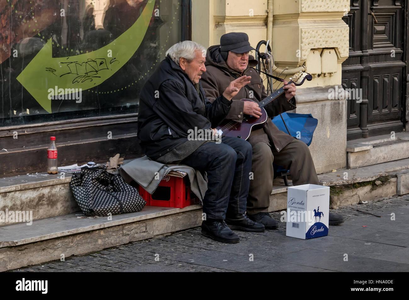Belgrade, Serbie - Février 27, 2016: deux retraités qui joue de la guitare et chanter dans la rue Photo Stock