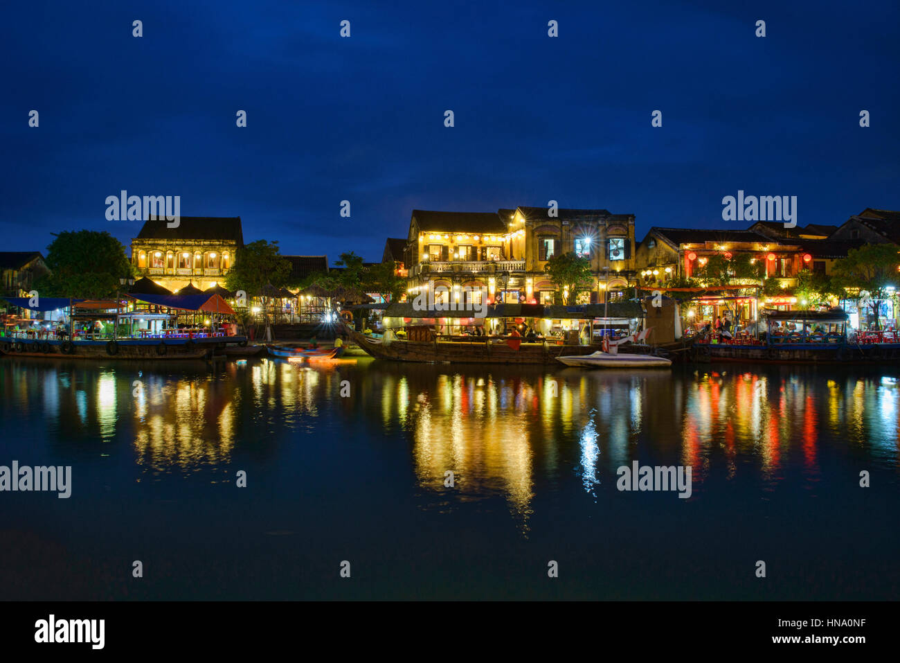 La vieille ville la nuit de l'autre côté de la rivière Thu Bon, Hoi An, Vietnam Photo Stock