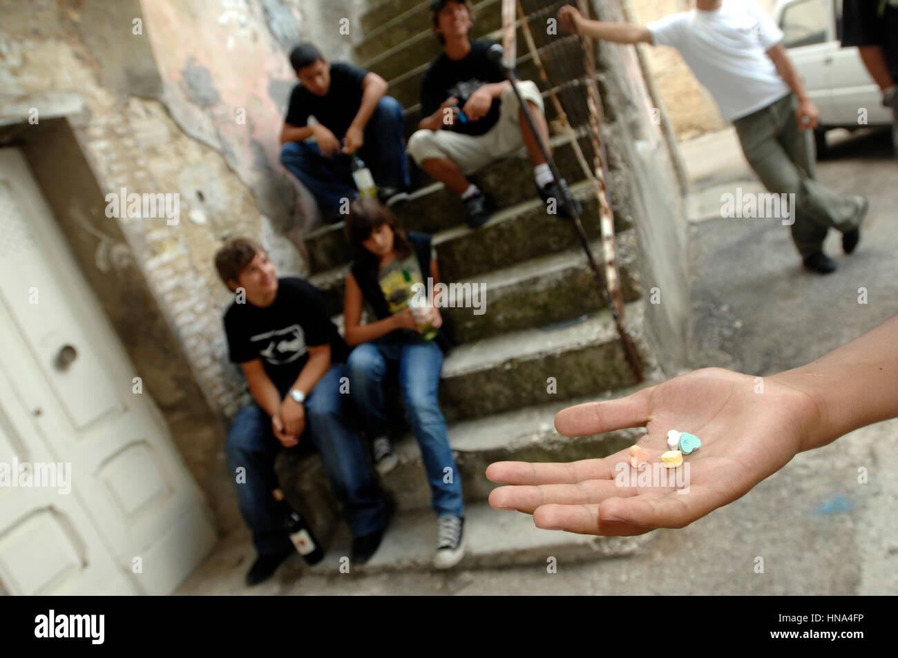 Les adolescents prennent des médicaments - drogues et d'alcool sur les tablettes de crédit main © Photo Stock
