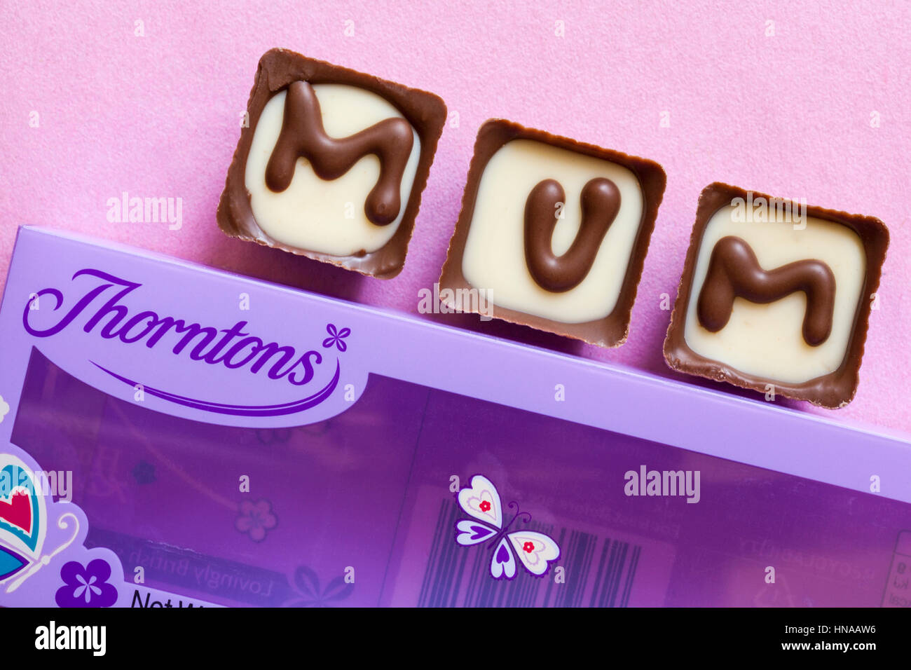 Thorntons chocolats maman parfaite comme la Fête des Mères, Mothering Sunday, présent sur fond rose Photo Stock