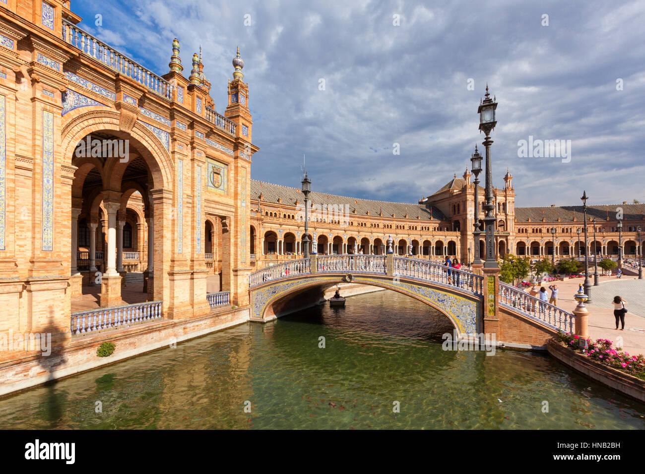 Séville, Espagne - 30 Avril 2016: Plaza de Espana, vue d'un pont sur le canal. Situé sur la Photo Stock