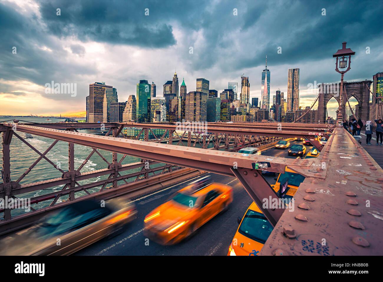 Nuages de pluie sur le pont de Brooklyn à New York, l'Amérique Photo Stock