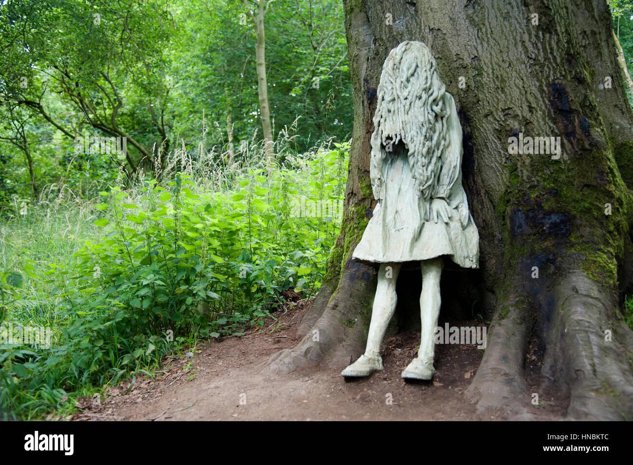 Statue de fille en pleurs à Jupiter Artland, Édimbourg. Photo Stock