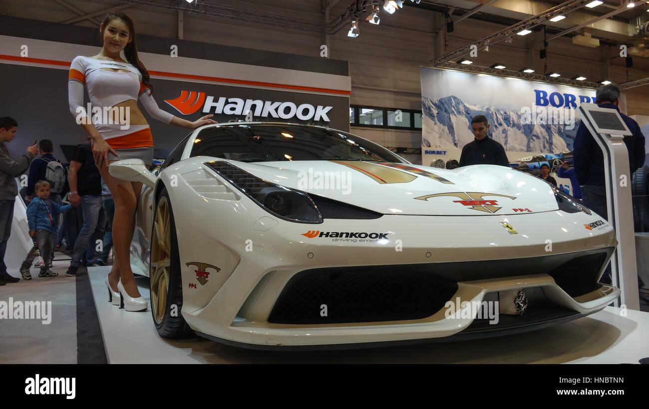 Sport Asiatique beau modèle asiatique présentation ferrari voiture de sport au salon