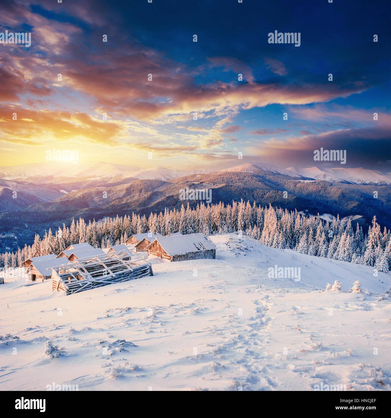 Cabane dans la montagne en hiver. L'Europe, l'Ukraine Carpatique Banque D'Images