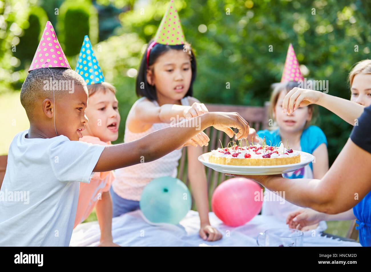 Enfants Enfants Interracial avec cake at Birthday party Photo Stock