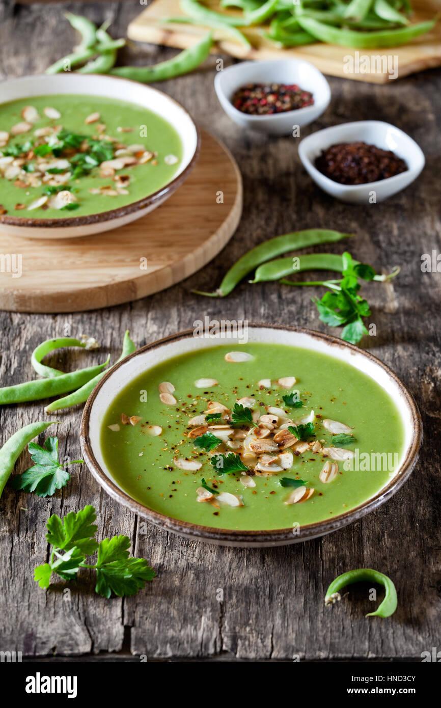 Deux bols de soupe aux poireaux et pois maison Photo Stock