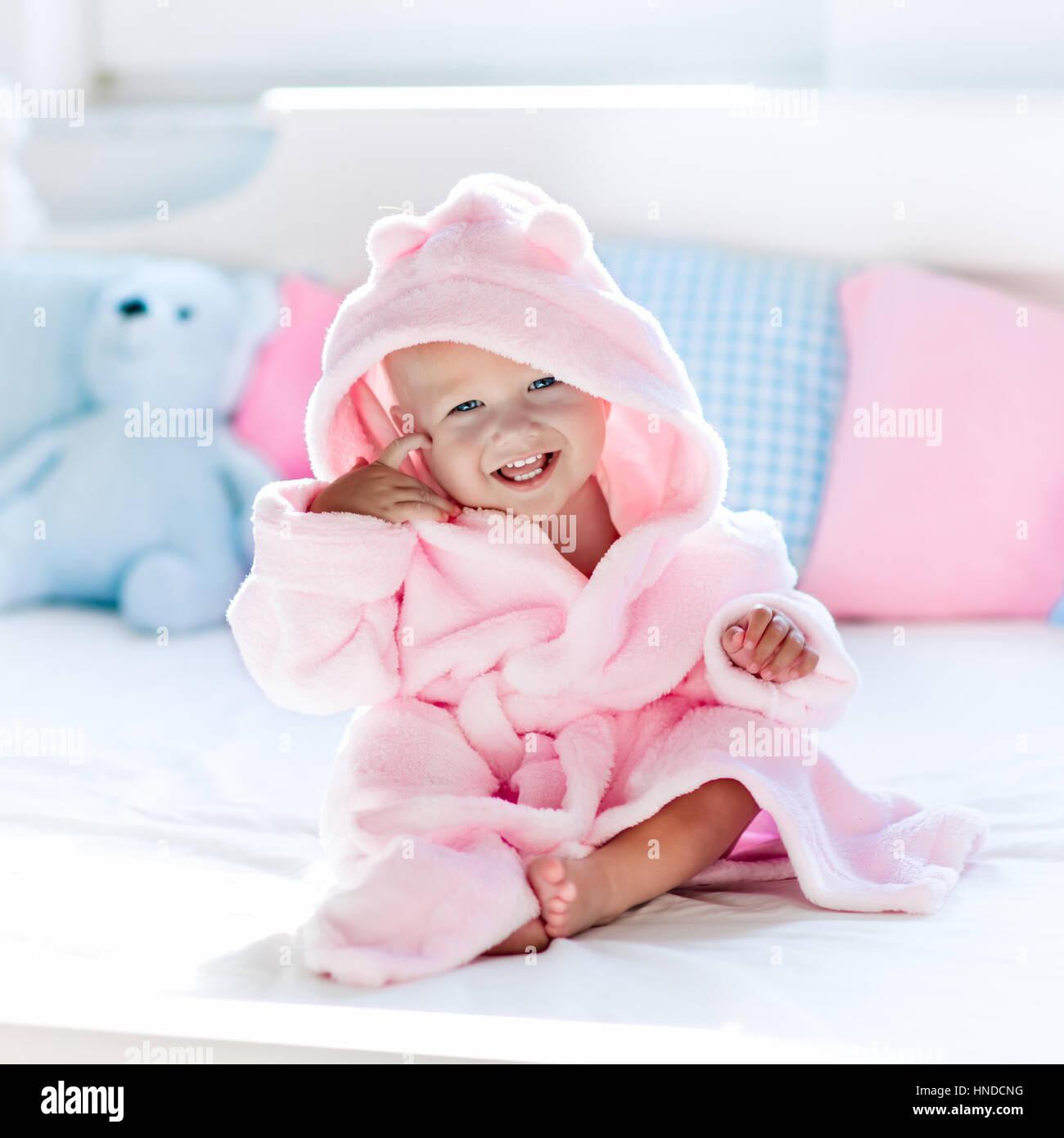 Chambre Enfant Bleu Et Rose cute happy laughing baby en peignoir moelleux après bain