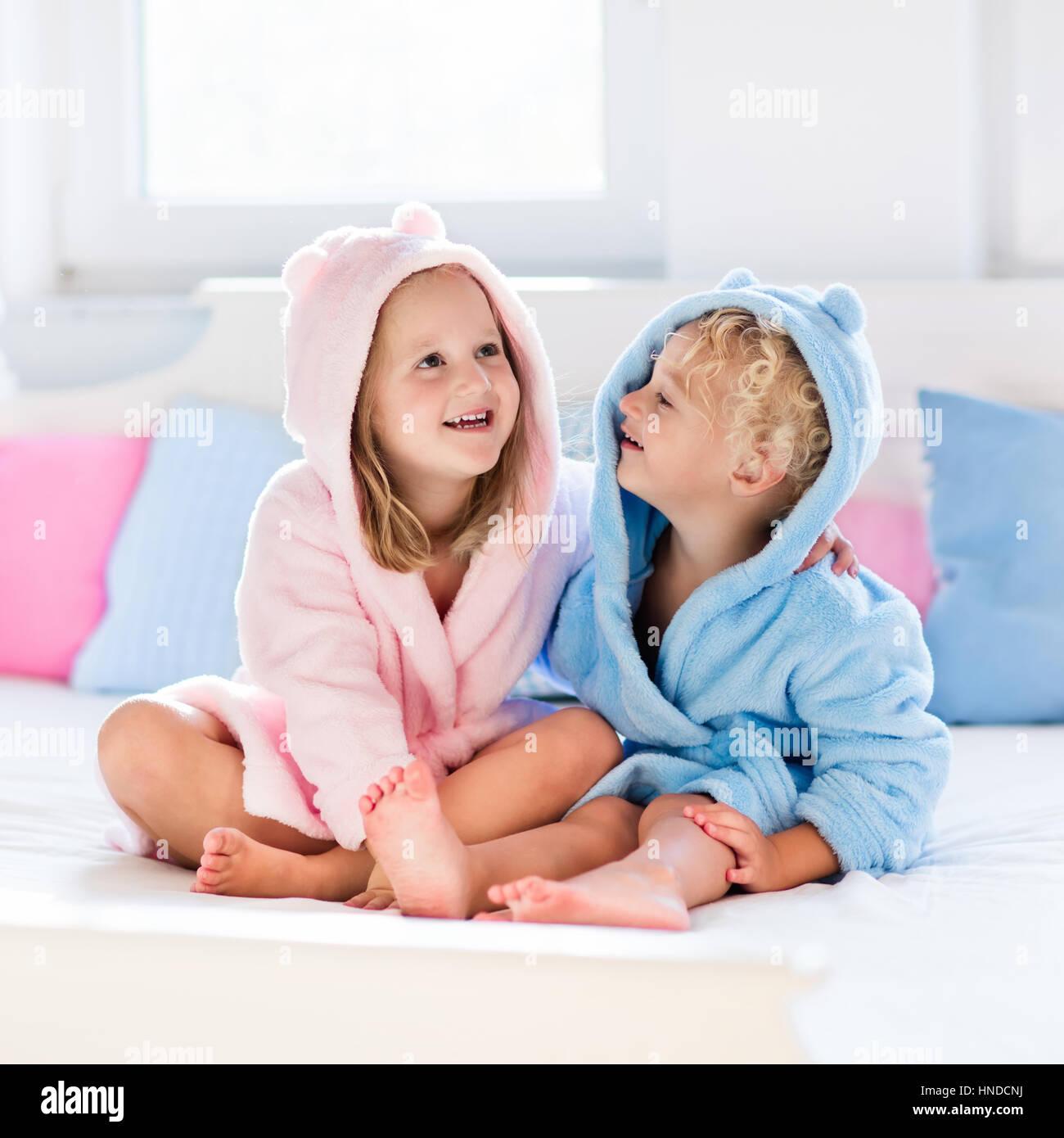 Chambre Enfant Bleu Et Rose rire heureux enfants, garçon et fille en peignoir moelleux