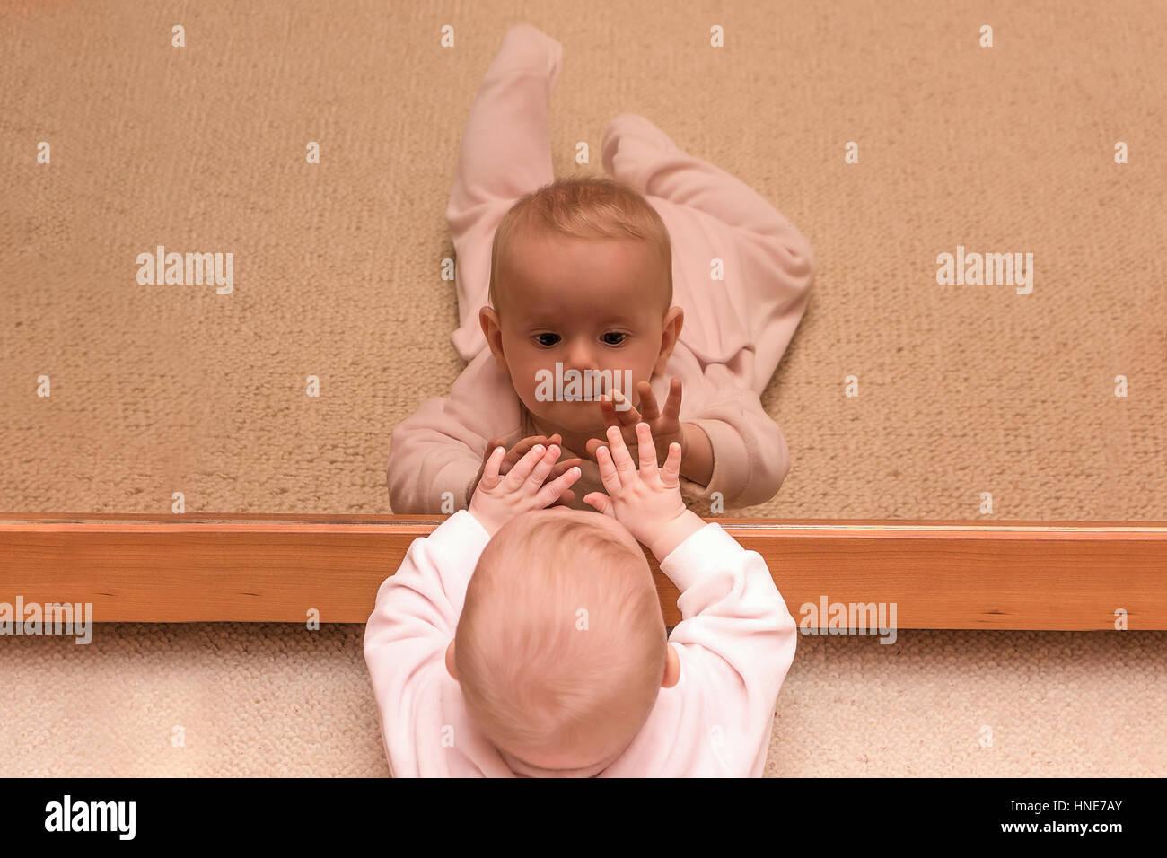 3003e0e073745 Bébé petite fille dans un miroir