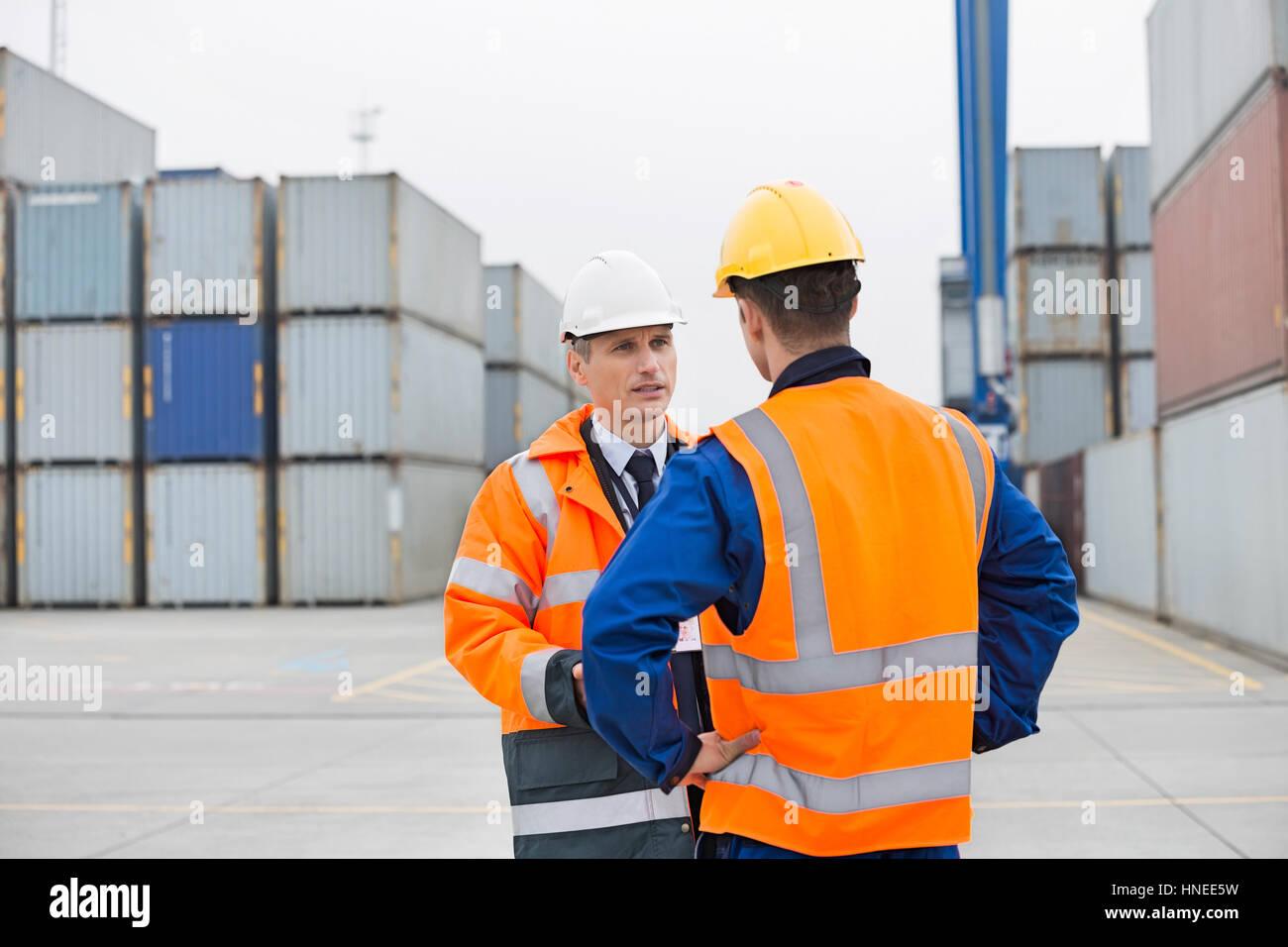 Conversation en cour d'expédition des travailleurs Photo Stock