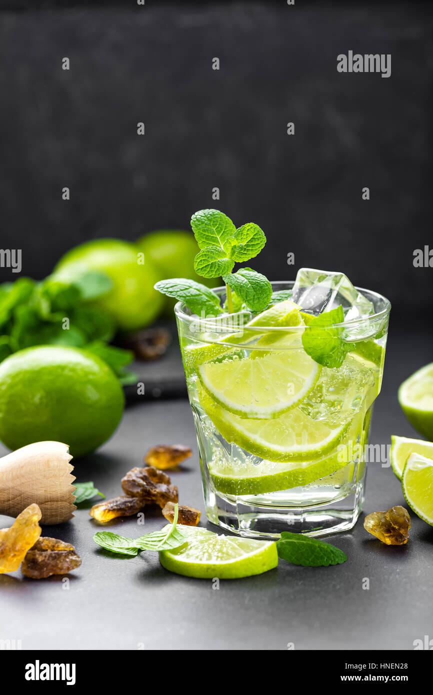 Lime menthe d'été cocktail mojito au rhum et glace en verre sur fond noir Vue de dessus Photo Stock