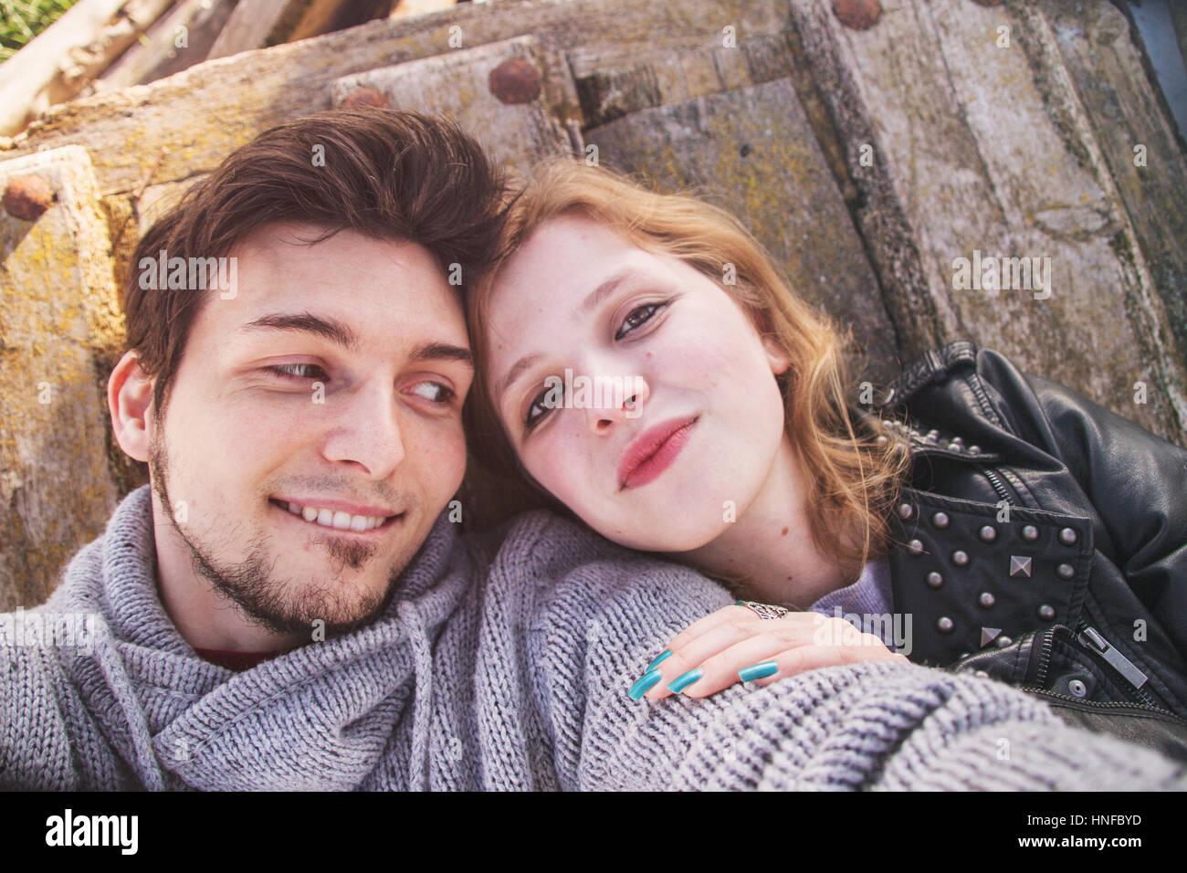Jeune couple ayant du plaisir et de bons moments ensemble Photo Stock