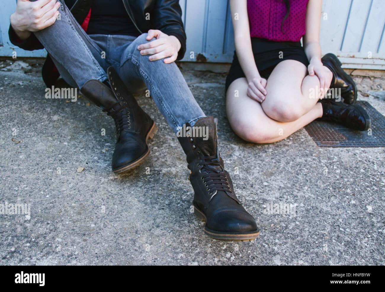 Portrait d'un couple de jeunes avec des vêtements de style urbain Banque D'Images