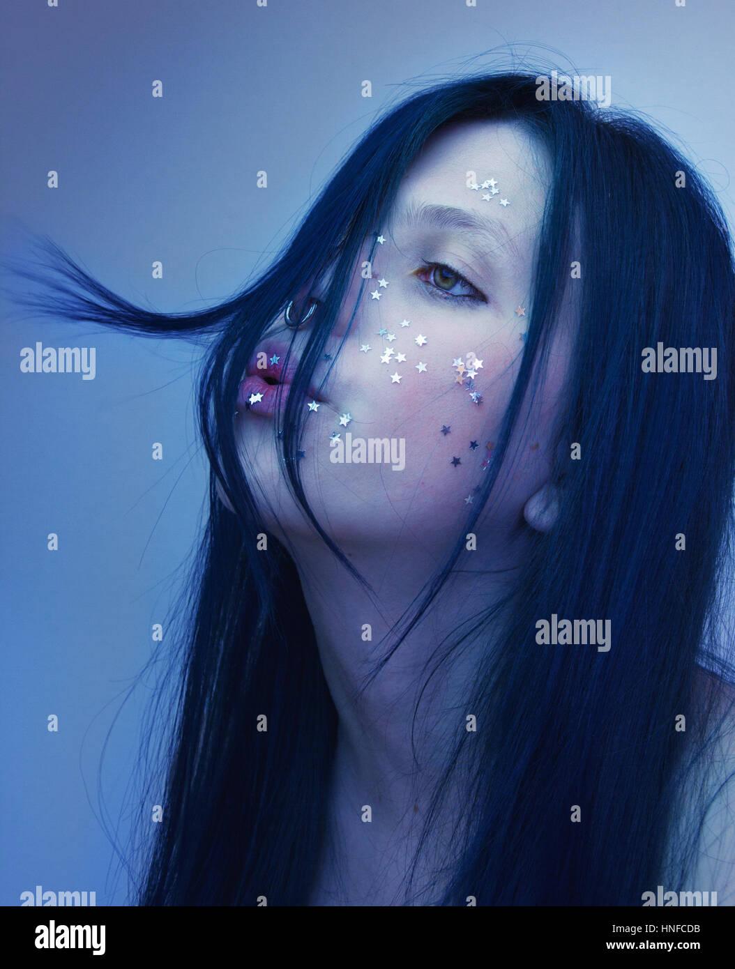 Portrait artistique d'une femme avec son visage couvrant avec beaucoup d'étoiles d'argent Photo Stock