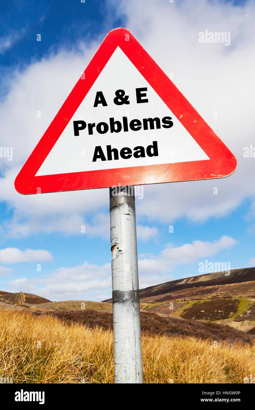 UK A & E&E d'un accident et l'hôpital d'urgence problèmes à venir signer concept Photo Stock