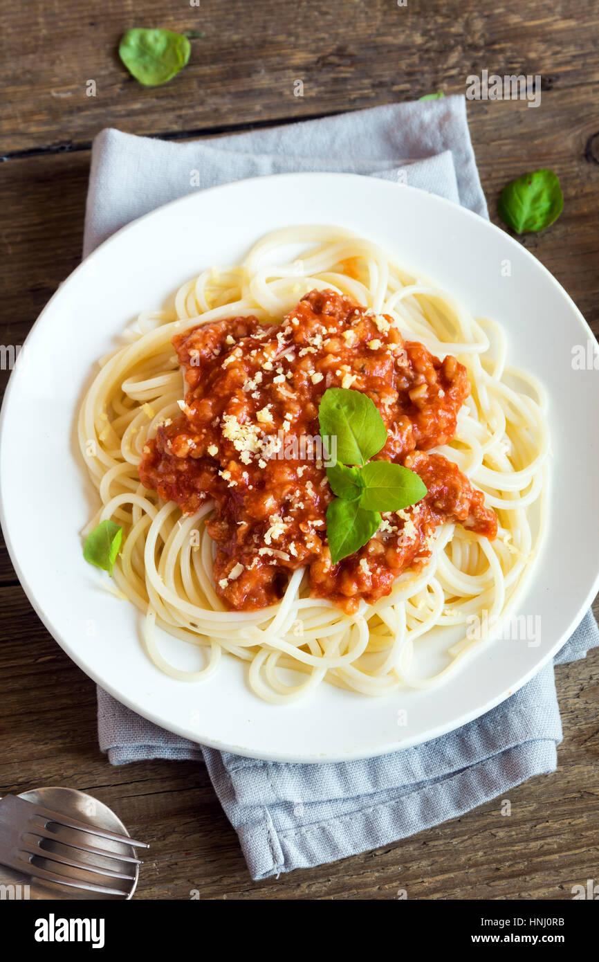Spaghettis à la bolognaise pâtes avec sauce tomate et viande hachée, fromage parmesan râpé Photo Stock