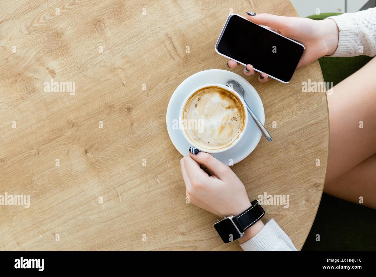 Tasse de café, regarder et téléphone mobile Photo Stock
