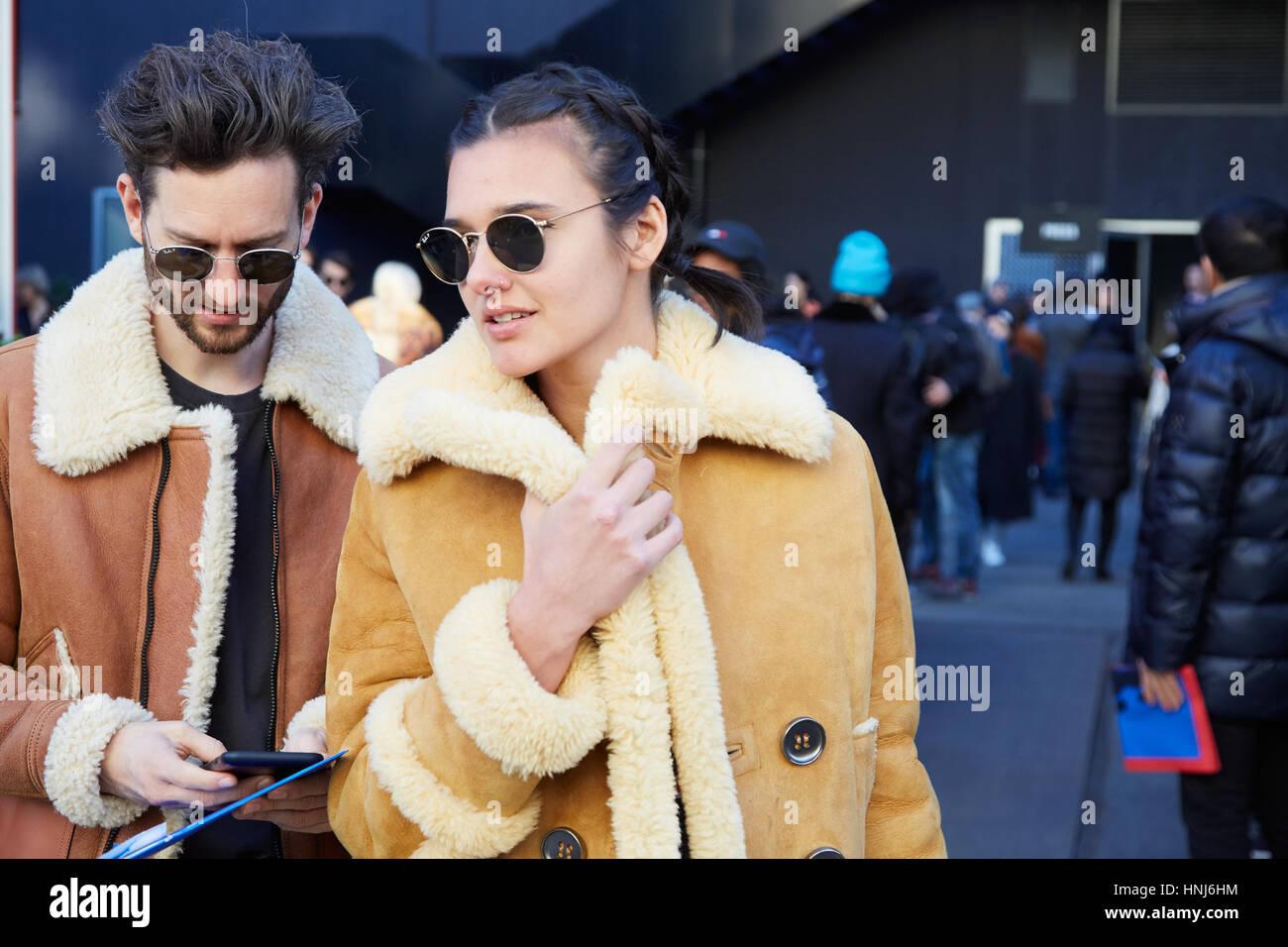 47644a6ccec057 MILAN - janvier 16   l homme et de la femme avec des lunettes et manteau en  peau marron avant MSGM fashion show, Milan Fashion Week street style le 16  ...