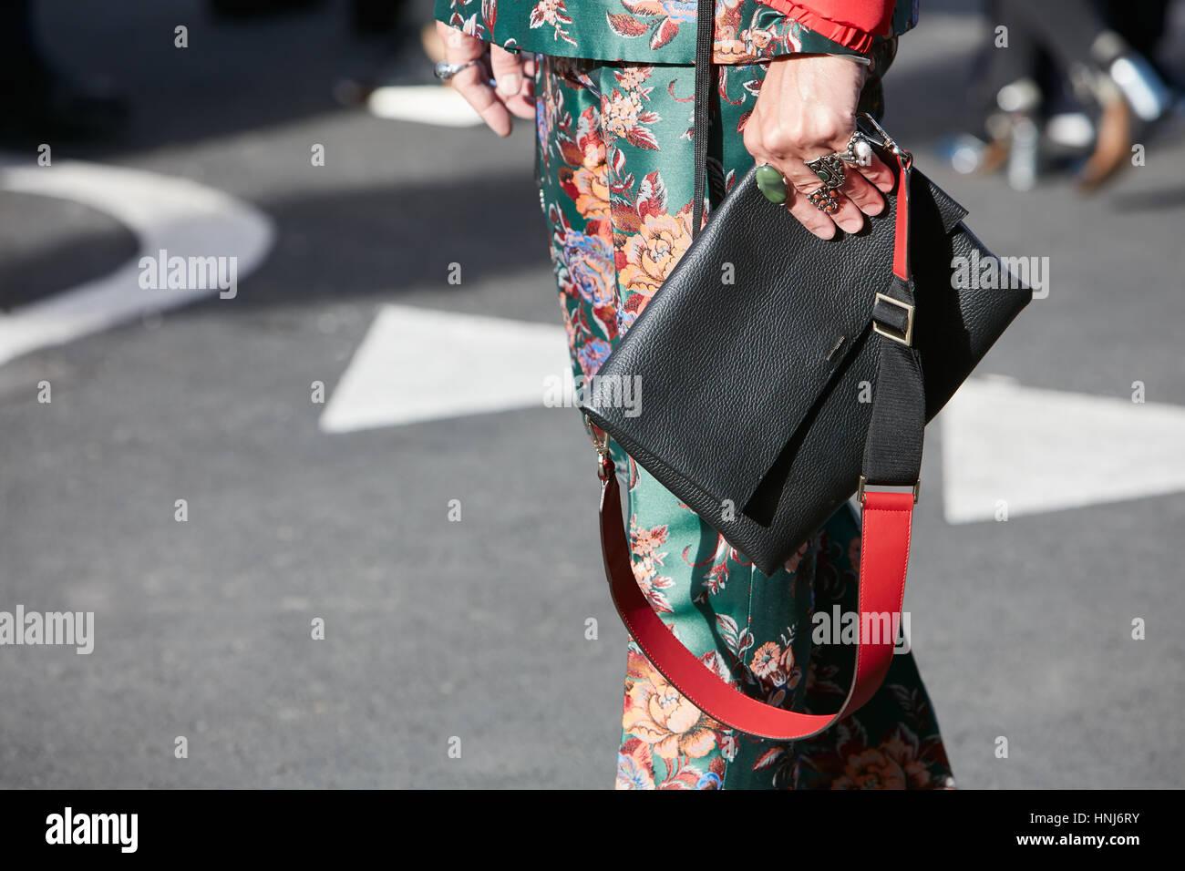 9c6195142c51 Avec l homme noir et rouge Sac en cuir et soie floral pantalon vert,