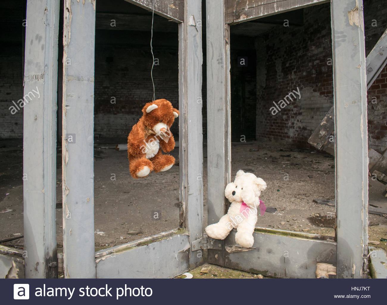 Ours en peluche accroché sur les portes du bâtiment de la gare à l'abandon de la FIE abandonnés Photo Stock