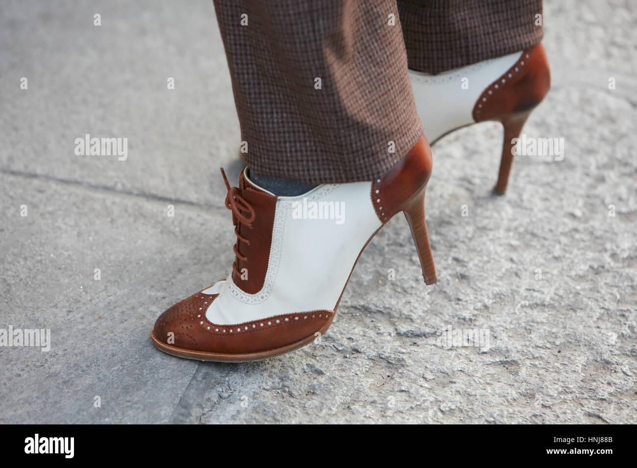 42e97108918 Femme avec talon haut en cuir brun et blanc anglais chaussures avant de  Giorgio Armani fashion