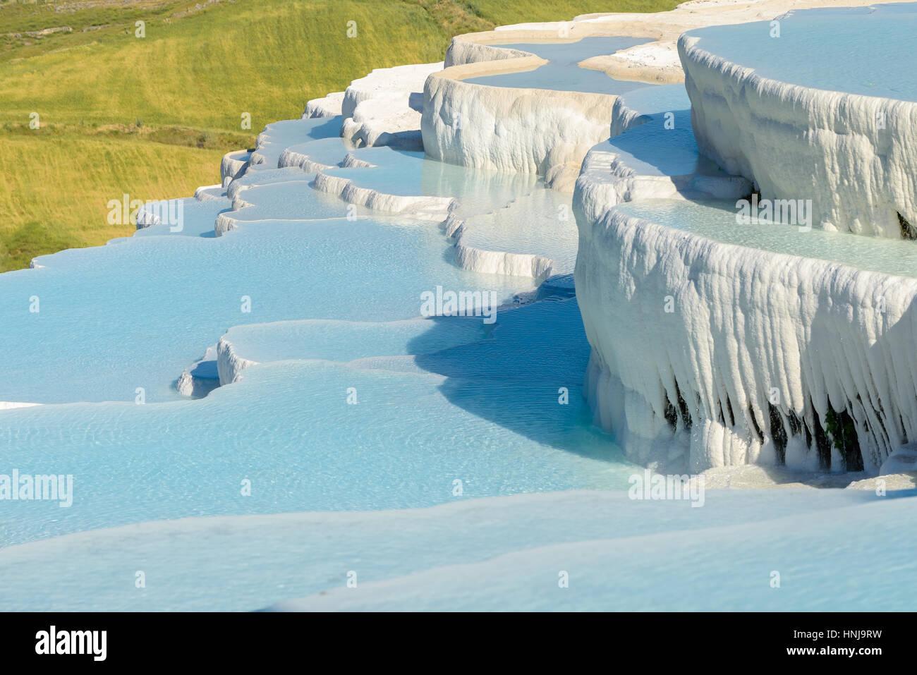 Le cadre enchanteur de piscines Pamukkale en Turquie. Les sources chaudes de Pamukkale contient des terrasses Travertins, Photo Stock