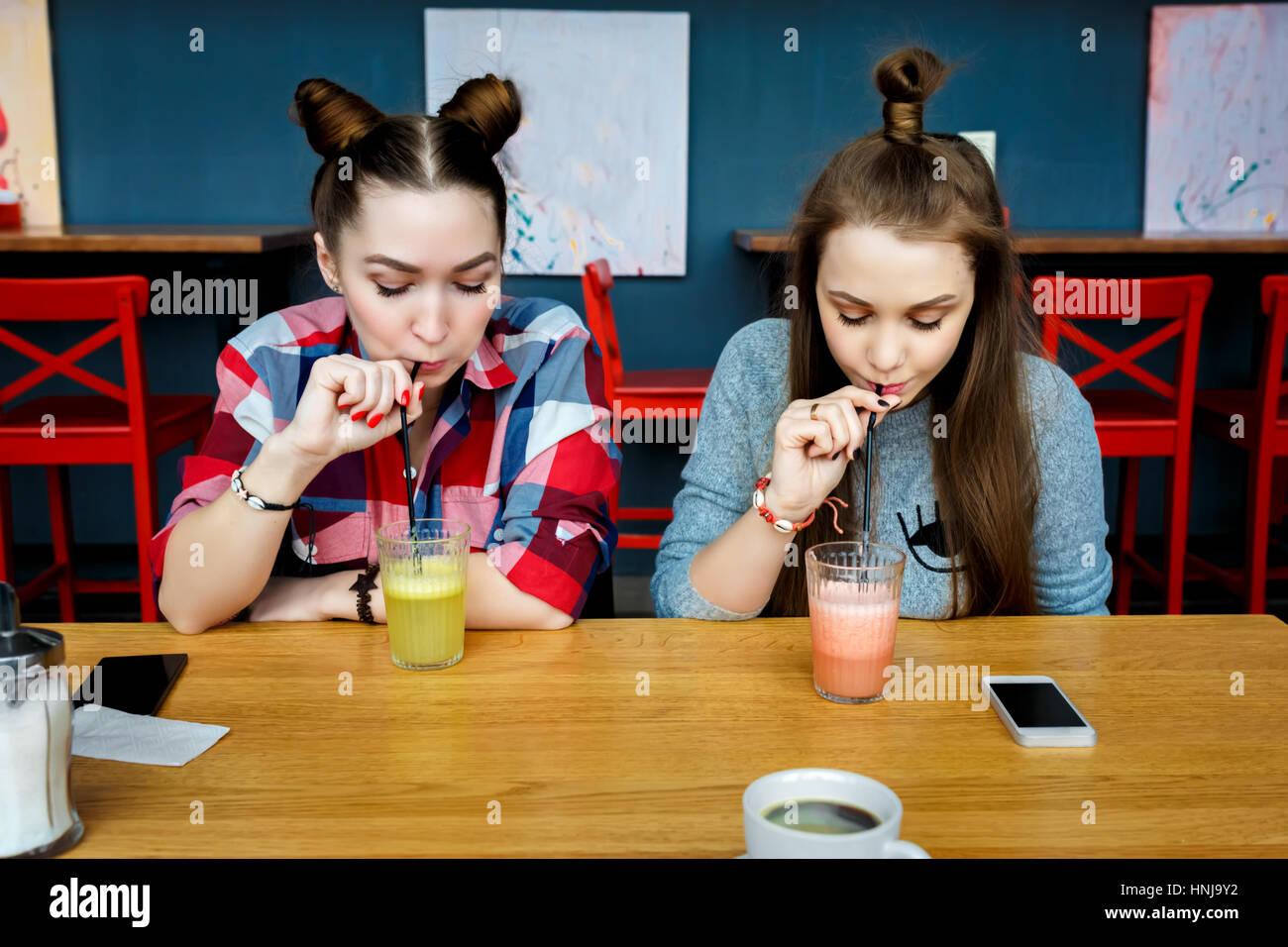Les jeunes filles s'amusant dans un bar café. Photo Stock
