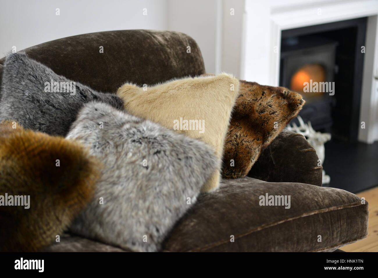 Plaids et coussins en fausse fourrure intérieur chambre Photo Stock