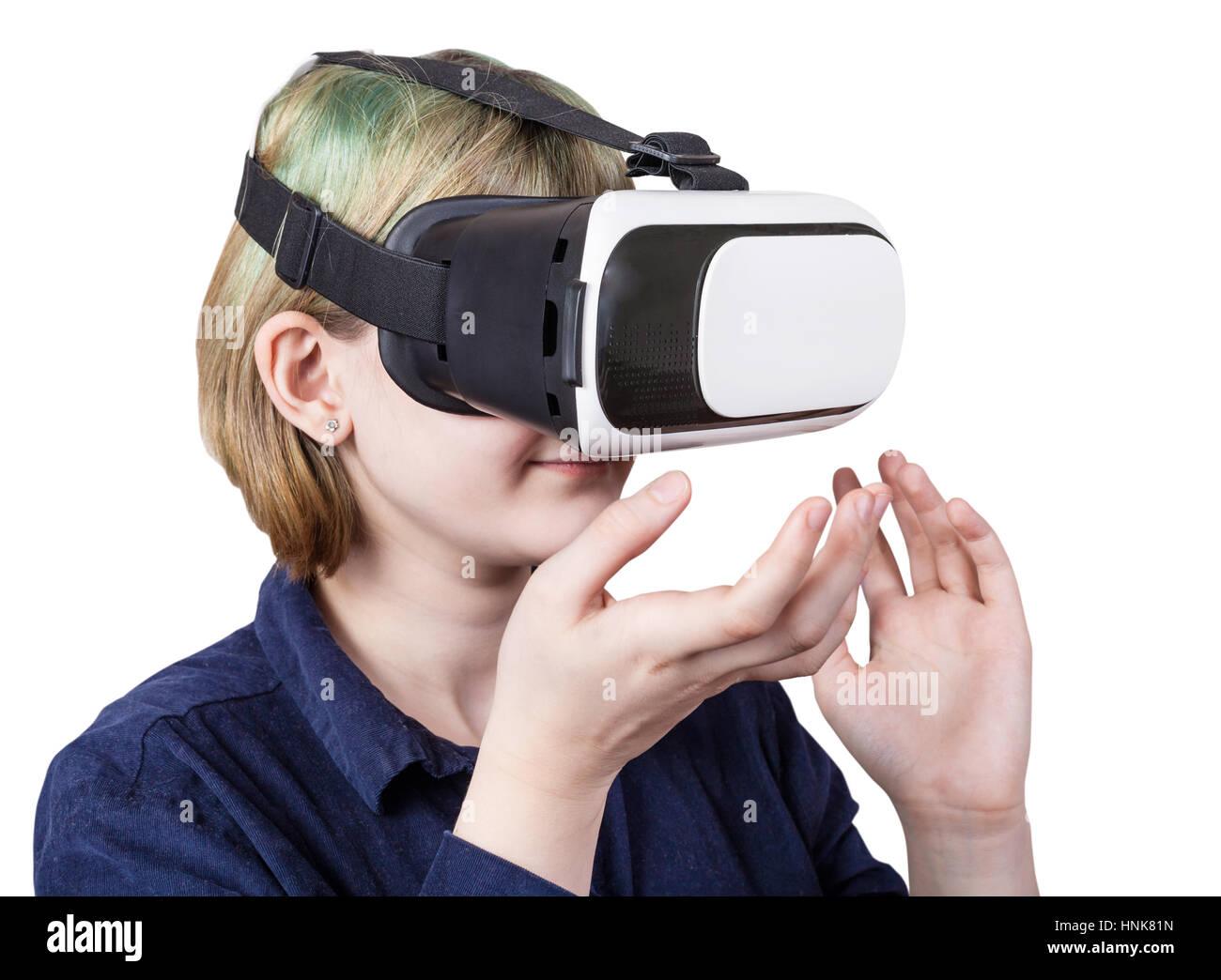 En fille casque VR isolé sur fond blanc Banque D'Images