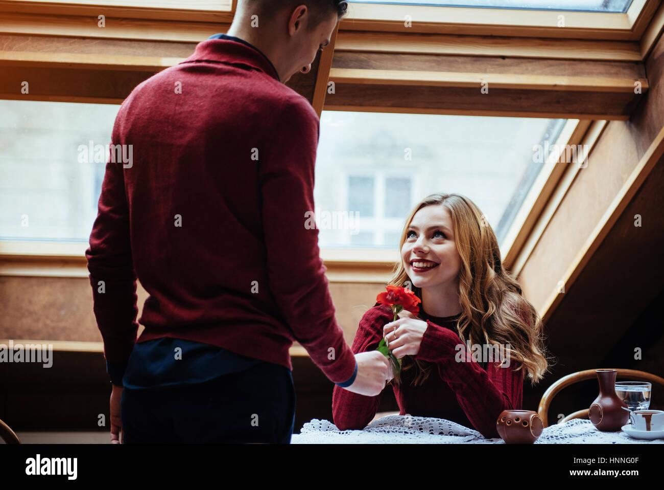 Beau jeune homme et femme célèbrent la Saint-Valentin Photo Stock